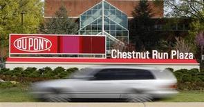 Автомобиль произжает мимо завода Dupont в городе Уилмингтон (штат Делавэр), 17 апреля 2012 года. DuPont снизила квартальную прибыль и предупредила, что из-за общей экономической неопределенности ее доход в 2012 году не поднимется выше минимальной отметки ранее данного прогноза. REUTERS/Tim Shaffer