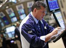 Трейдер работает в торговом зале фондовой биржи в Нью-Йорке, 23 июля 2012 года. Американские рынки акций открылись ростом. REUTERS/Brendan McDermid