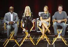 """Juízes do reality show """"The X-Factor"""": (E-D) L.A. Reid, Britney Spears, Demi Lovato e Simon Cowell durante painel de discussão transmitido via satélite pela Fox em evento em Beverly Hills, Califórnia. Parece que Simon Cowell tem uma desafiante de peso pelo título de jurado mais ranzinza da TV norte-americana. A cantora Britney Spears é a mais nova integrante da bancada do programa de calouros. 23/07/2012 REUTERS/Fred Prouser"""