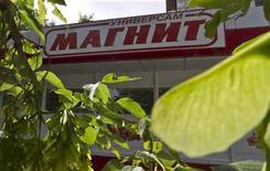 Универсам Магнит в Москве, 24 июля 2012 г. Второй по выручке ритейлер РФ Магнит улучшил прогноз рентабельности на текущий год после сильных результатов первого полугодия и готовится наращивать инвестиции в 2013 году. REUTERS/Maxim Shemetov