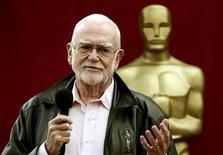 Frank Pierson faz comentários para a imprensa durante preparativos para a 77ª cerimônia do Oscar, em Hollywood, em fevereiro de 2005. 25/02/2005