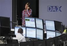 Трейдер говорит по телефону в торговом зале Франкфуртской фондовой биржи, 24 июля 2012 года. Европейские рынки акций открылись снижением четвертую сессию подряд из-за опасений по поводу Испании и Греции. REUTERS/Alex Domanski