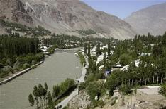Вид на город Хорог в Таджикистане 7 июля 2004 года. Таджикские власти и боевики после ожесточенных боев на востоке страны, унесших жизни десятков человек накануне, в среду прекратили стрельбу и сели за стол переговоров, сообщил Рейтер высокопоставленный источник в силовых структурах республики. REUTERS/Shamil Zhumatov