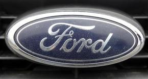 Логотип Ford Motor на автомобиле в Стамбуле, 14 февраля 2012 года. Прибыль Ford Motor Co во втором квартале превзошла прогнозы, однако автопроизводитель почти вдвое увеличил прогноз убытков в Европе, где из-за экономического кризиса продажи авто опустились до минимального за почти 20 лет уровня. REUTERS/Osman Orsal