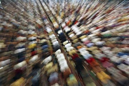 Muslims attend a mass prayer session 'Tarawih' marking the beginning of the holy fasting month of Ramadan in a mosque in Makassar of Indonesia's South Sulawesi province July 20, 2012. REUTERS/Yusuf Ahmad