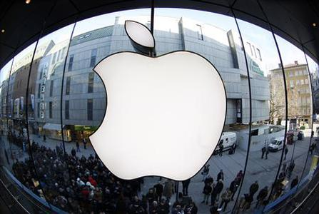 People wait on a street in front of an Apple store as they await sales of the new iPad in the Apple store in Munich in this March 16, 2012 file photo. Nasdaq index futures fell on Wednesday after Apple became the latest high-profile company to miss earnings forecasts, though the broader market gained on a report that said the Federal Reserve was moving closer toward further stimulus for the sluggish economy. REUTERS/Michaela Rehle/Files