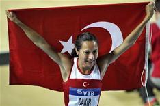 Corredora marroquina Alaoui Selsouli segura bandeira nacional ao comemorar medalha de prata na prova de 1500 metros feminina no campeonato mundial de atletismo indoor em Istambul, na Turquia. 10/03/2012 REUTERS/Dylan Martinez