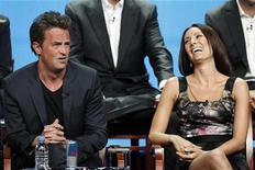 "Integrante do elenco Matthew Perry fala junto com a colega Laura Benanti em evento promocional do novo programa ""Go On"", em Beverly Hills, Califórnia. 24/07/2012 REUTERS/Mario Anzuoni"
