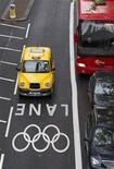 Motorista de táxi dirige em faixas de tráfego especiais para as Olimpíadas em Westminster, Londres. Os motoristas de Londres estão lutando para se adaptar aos corredores viários exclusivos para atletas olímpicos e dignitários em seu primeiro dia de operação nesta quarta-feira. 20/07/2012 REUTERS/Neil Hall
