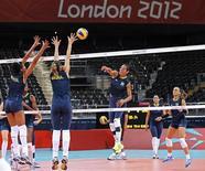 Seleção brasileira de vôlei feminino treina para os Jogos de Londres nesta quarta-feira. REUTERS/Sergio Moraes