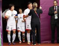 Jogadoras da Coreia do Norte entram em campo para partida contra a Colômbia nesta quarta-feira nos Jogos de Londres. REUTERS/David Moir