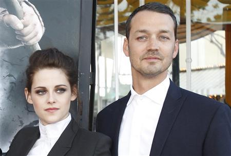 Director Rupert Sanders (R) poses with cast member Kristen Stewart at an industry screening of ''Snow White and the Huntsman'' in Westwood, California in this May 29, 2012 file photo. REUTERS/Mario Anzuoni/Files