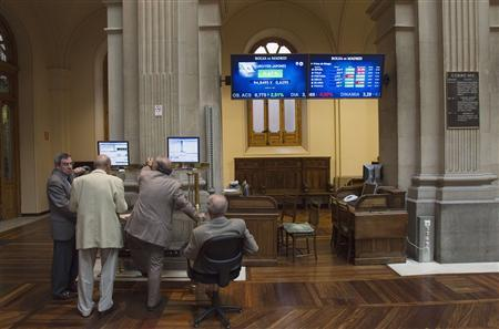 Traders look at a computer screen at the Madrid Bourse July 25, 2012. Regional debts, soaring borrowing costs, a higher deficit and souring market sentiment are all making it nearly impossible for Spain to find 50 billion euros in funding it needs by year end without external aid. REUTERS/Juan Medina