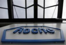 Логотип Roche на фабрике под Берном, 17 ноября 2010 года. Roche Holding AG подтвердила прогноз после публикации данных о прибыли за первые шесть месяцев года, превысивших ожидания рынка на фоне уверенного спроса на лекарственные препараты. REUTERS/Pascal Lauener