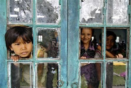 Children of villagers affected by ethnic riots look out a window of a relief camp at Bijni town in the northeastern Indian state of Assam July 26, 2012. REUTERS/Utpal Baruah