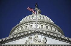 Купол Капитолия в Вашингтоне, 2 августа 2011 года. Профильный комитет Конгресс США в четверг подавляющим числом голосов одобрил отмену сохранявшегося со времен холодной войны барьера в торговых отношениях с Россией, известного по именам его авторов как поправка Джексона-Вэника, повысив надежды бизнес-сообщества на то, что весь Конгресс успеет проголосовать законопроект до ухода на каникулы на следующей неделе. REUTERS/Jonathan Ernst
