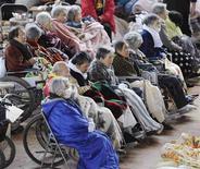 Пожилые люди в инвалидных колясках в эвакуационном центре в Кесеннуме после землетрясения и цунами в Японии, 15 марта 2011 года. Японские женщины потеряли свои лидирующие позиции в мировом рейтинге продолжительности жизни после 26 лет первенства, сообщило правительство в четверг, обвинив в этом землетрясение 2011 года и цунами. REUTERS/Kyodo