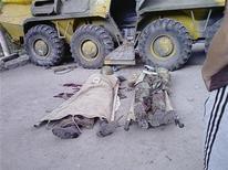 Тела солдат, убитых в столкновении с боевиками в таджикском Хороге на снимке без указания даты, полученном Рейтер 26 июля 2012 года. Таджикские силовики призвали повстанцев в Горном Бадахшане в обмен на амнистию сложить оружие и выдать властям лидера боевиков, переговоры с которыми продолжились на второй день перемирия после боев, унесших 42 жизни, сообщил источник в правительстве. REUTERS/Handout