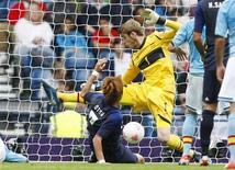 O japonês Yuki Otsu marca o primeiro gol contra o goleiro espanhol David de Gea durante uma partida nos Jogos Olímpicos de Londres em Hampden Park, Glasgow, na Escócia. 26/07/2012 REUTERS/David Moir