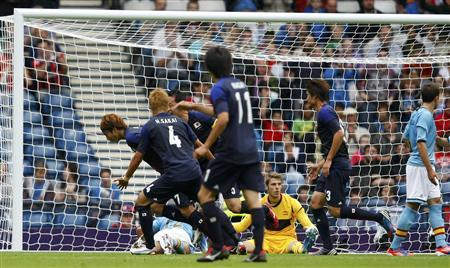 Japan's Yuki Otsu (L) reacts after scoring against Spain's David de Gea (in yellow) during their men's Group D football match at the London 2012 Olympic Games in Hampden Park, Glasgow, Scotland July 26, 2012. REUTERS/David Moir