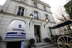 Вход на выставку по случаю 90-летия существования компании Danone в Париже, 2 апреля 2009 года. Пасмурный экономический климат в Южной Европе сказался на показателях французского производителя молочных и других пищевых продуктов Danone в первом полугодии, сообщила компания. REUTERS/Jacky Naegelen