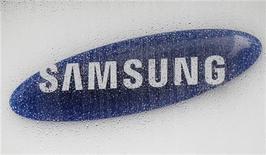 Логотип Samsung Electronics в головном офисе компании в Сеуле, 6 июля 2012 года. Операционная прибыль Samsung Electronics Co по результатам второго квартала достигла рекордных $5,9 миллиарда, а активные продажи телефонов Galaxy S позволили увеличить отрыв от Apple Inc, сообщила компания в пятницу. REUTERS/Lee Jae-Won