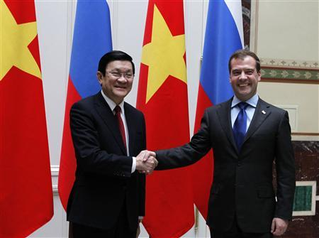 Russian Prime Minister Dmitry Medvedev (R) shakes hands with Vietnamese President Truong Tan Sang during their meeting in Moscow July 26, 2012. REUTERS/Dmitry Astakhov/RIA Novosti/Pool