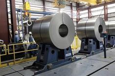 Прокатная сталь на сталелитейном заводе компании Северсталь в Дирборне (штат Мичиган), 21 июня 2012 года. Одна из крупнейших стальных компаний России Северсталь сократила производство стали на 5 процентов во втором квартале к первому кварталу 2012 года вслед за снижением цен на стальную продукцию. REUTERS/Rebecca Cook
