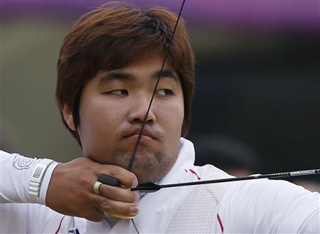 South Korea's Im Dong-hyun takes aim during the men's archery individual ranking round of the London 2012 Olympics Games at the Lords Cricket Ground in London July 27, 2012. REUTERS/Suhaib Salem