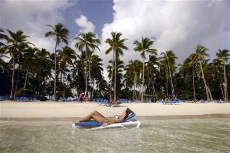 A tourist enjoys the sun at a resort in Bavaro, Dominican Republic, October 2, 2007. REUTERS/Eduardo Munoz
