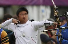 Arqueiro sulcoreano Oh Jin-hyek dispara flecha durante prova masculina de arco e flecha da Olimpíada de Londres. a Coreia do Sul deu uma demonstração penetrante de sua força, obtendo dois recordes mundiais no primeiro dia oficial dos Jogos. 27/07/2012 REUTERS/Suhaib Salem