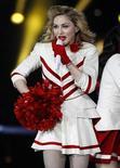 """<p>Imagen de archivo de la cantante Madonna durante su gira MDNA en Edimburgo, jul 21 2012. La estrella del pop Madonna ofreció el jueves a sus seguidores un concierto íntimo en el famoso teatro Olympia, donde expresó su amor por una Francia abierta a las minorías y artistas y reinterpretando """"Je t'aime moi non plus"""", una canción salpicada de insinuaciones sexuales. REUTERS/David Moir</p>"""