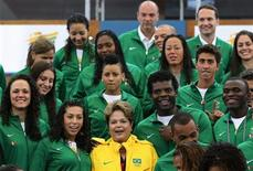 Presidente Dilma Rousseff posa para foto com atletas olímpicos no centro de esportes Crystal Palace em Londres. O programa de incentivo ao esporte olímpico que será anunciado pelo governo após os Jogos de Londres, com a expectativa de um volume inédito de recursos destinados à preparação de atletas, vai ter como foco modalidades esportivas individuais que distribuem mais medalhas. 27/07/2012 REUTERS/Sergio Moraes