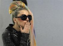 """A cantora Lady Gaga manda um beijo ao chegar ao aeroporto internacional de Narita, ao leste de Tóquio, no Japão. Gaga fará sua estreia no cinema atuando na segunda parte da franquia de filmes """"Machete"""", ao lado de nomes como Mel Gibson e Charlie Sheen. 8/05/2012 REUTERS/Toru Hanai"""