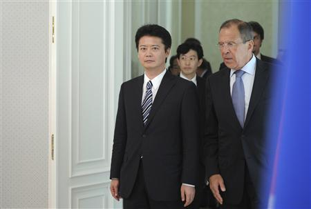 Russian Foreign Minister Sergei Lavrov (R) and his Japanese counterpart Koichiro Gemba (L) walk before a meeting with President Vladimir Putin at the Bocharov Ruchei state residence in Sochi July 28, 2012. Russia and Japan sparred on Saturday over disputed islands that have strained their relations since World War Two, making no visible progress in talks toward a resolution weeks before Russia hosts a summit of Asian states. REUTERS/Alexsey Druginyn/RIA Novosti/Pool