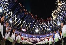 Atletas olham show de fogos de artifícios após caldeirão olímpico ser aceso durante cerimônia de abertura dos Jogos de Londres, no Estádio Olímpico. Quase 27 milhões de britânicos assistiram à cerimônia de abertura da Olimpíada, ultrapassando os números de audiência do casamento real do ano passado. 27/07/2012 REUTERS/Pool