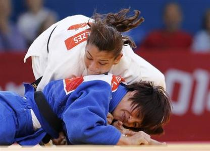 Brazil's Sarah Menezes fights with China's Ngoc Tu Van (blue) during their women's -48kg elimination round of 32 judo match, at the London 2012 Olympic Games July 28, 2012. REUTERS/Kim Kyung-Hoon