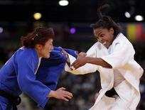 Judoca sul-coreana Kim Kyung-Ok luta com brasileira Erica Miranda (de branco) durante luta eliminatória da categoria meio-leve feminina. 29/07/2012 REUTERS/Toru Hanai