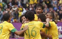 Neymar comemora com colegas após marcar segundo gol sobre a seleção de Belarus em Old Trafford, Manchester, pelos Jogos Olímpicos de Londres. 29/07/2012 REUTERS/Andrea Comas