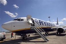 <p>Ryanair a dévoilé un bénéfice trimestriel en baisse de 29% et nettement inférieur aux attentes, plombé par l'austérité, la récession et la cherté du kérosène. /Photo d'archives/REUTERS/Jean-Paul Pélissier</p>