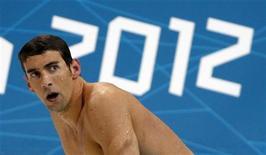 Американец Майкл Фелпс ждет оглашения результатов заплыва на 400м на Олимпиаде-2012 в Лондоне, 28 июля 2012 года. Американский пловец Майкл Фелпс выиграл в воскресенье свою 17-ю олимпийскую медаль, которая приблизила его к рекорду всех времен, когда-то установленному советской гимнасткой Ларисой Латыниной. REUTERS/David Gray