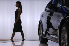 Модель проходит мимо автомобиля, представленного на выставке в Москве, 23 ноября 2007 года. Расходы россиян на покупку легковых и легких коммерческих автомобилей в РФ за первое полугодие 2012 года выросли на 28,6 процента до 1,1 триллиона рублей ($36,5 миллиарда), свидетельствуют данные, предоставленные Рейтер аудиторской компанией Ernst&Young. REUTERS/Thomas Peter