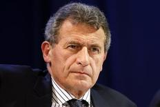 <p>Jean-Cyril Spinetta, PDG d'Air France-KLM. La deuxième compagnie aérienne européenne annonce une perte d'exploitation moins lourde que prévu au deuxième trimestre grâce à une hausse de ses recettes par passager. Elle dit en outre viser une hausse de son résultat d'exploitation au second semestre à la faveur des premiers fruits de son plan de restructuration. /Photo prise le 30 juillet 2012/REUTERS/Charles Platiau</p>