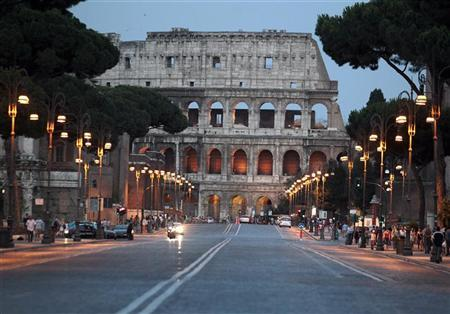 An empty Fori Imperiali street in front of ancient Colosseum is seen in Rome July 1, 2012. REUTERS/Stefano Rellandini