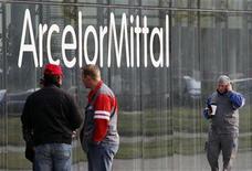 <p>ArcelorMittal, valeur cyclique soutenue par la perspective d'une action des grandes banques centrales en faveur de l'économie, gagne 3,5% à la mi-séance. /Photo d'archives/REUTERS/Yves Herman</p>