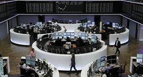 Торговый зал фондовой биржи во Франкфурте-на-Майне, 30 июля 2012 года. Европейские акции растут на фоне ожиданий новых мер Европейского Центробанка по снижению стоимости заимствований Испании и Италии. REUTERS/Remote/Thomas Peter