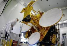 <p>L'opérateur de satellites Eutelsat Communications vise une croissance moyenne de 5% à 6% de son chiffre d'affaires pour ses trois prochains exercices, après avoir enregistré une progression de 4,6% de ses ventes pour son exercice 2011-2012 clos au 30 juin. /Photo d'archives/REUTERS/Eric Gaillard</p>
