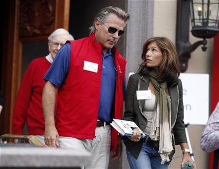 Yahoo interim CEO Ross Levinsohn and his wife Nicole Levinsohn attend the Allen & Co Media Conference in Sun Valley, Idaho July 13, 2012. REUTERS/Jim Urquhart