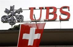 <p>UBS a annoncé que son bénéfice net avait chuté au deuxième trimestre à 425 millions de francs suisses, contre 827 millions au premier trimestre 2012, en raison d'une forte baisse de ses activités de trading et d'une chute des commissions et frais perçus auprès de ses clients. /Photo prise le 13 avril 2012/REUTERS/Arnd Wiegmann</p>
