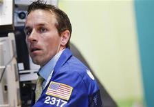 Трейдер работает на бирже в Нью-Йорке, 30 июля 2012 года. Американские акции завершили торги понедельника практически без изменений, так как инвесторы сделали паузу после лучшего двухдневного ралли в этом году в ожидании заседаний Центробанков и новых экономических данных. REUTERS/Brendan McDermid